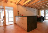 Kochinsel mit Durchgang zur Außenküche - Bild 3: Außergewöhnliches Landhaus, F*****, privater Steg am See, bei Berlin